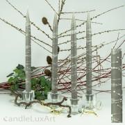 4  Leuchterkerzen grau Dekor weiß 35cm