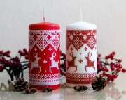 Muster Kerze Renntier-Motiv- rot / weiß  7x15cm