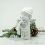 Winterengel mit weißer Mütze und Paket Höhe 18cm