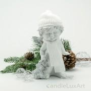 Winterengel mit weißer Mütze und Tanne Höhe 18cm